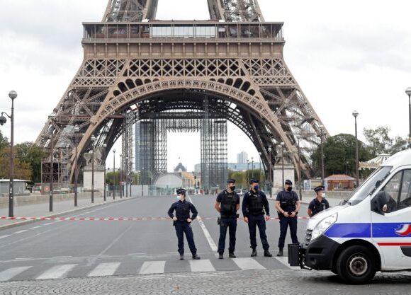 Συναγερμός στο Παρίσι: Εκκενώθηκε ο Πύργος του Άιφελ έπειτα από τηλεφώνημα για βόμβα