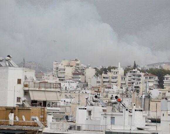 Φωτιά στον Καρέα, επιχειρούν δυνάμεις της Πυροσβεστικής