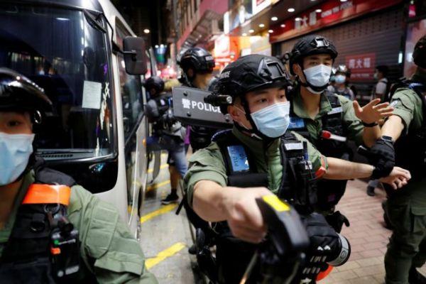 Χονγκ Κονγκ : Σοκάρουν οι εικόνες της βίαιης σύλληψης 12χρονης από την αστυνομία