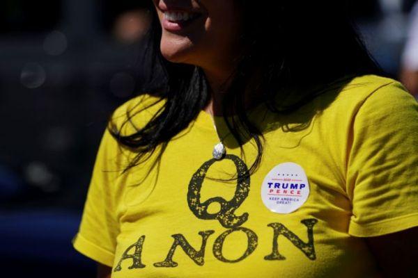 QAnon: Η επικίνδυνη θεωρία συνωμοσίας «ρίχνει τη σκιά της» και στην Ευρώπη