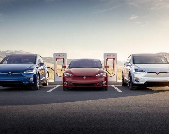 Tesla: Παρουσίασε στη Γερμανία τη γρήγορη φόρτιση ηλεκτρικών αυτοκινήτων