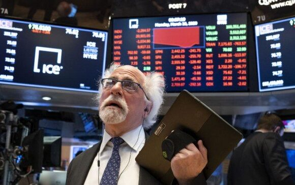 Wall Street: Βουτιά μετά την αργία – 400 μονάδες κάτω ο Dow στο άνοιγμα