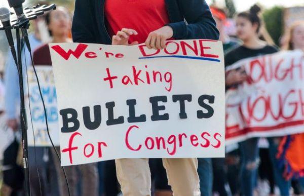 ΗΠΑ : Φρενίτιδα λόγω εκλογών – Τρέχουν όλοι να αγοράσουν όπλα