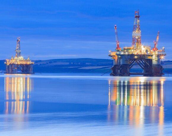 Πετρέλαιο: Ώθηση και ισχυρά κέρδη από τυφώνα Δέλτα και απεργίες στη Νορβηγία
