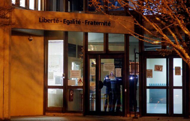 Προφυλακίστηκαν 3 άτομα και ανήλικος για τη σφαγή του καθηγητή στο Παρίσι