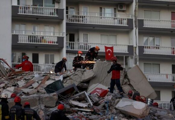 Σεισμός : Η Σμύρνη μετράει τις πληγές της – 24 νεκροί και πάνω από 800 τραυματίες