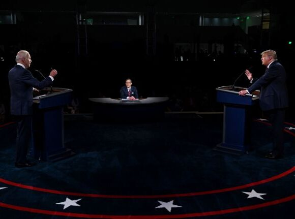 Τραμπ : Ακόμα δεν βγήκε από το νοσοκομείο και… ετοιμάζεται για το δεύτερο debate