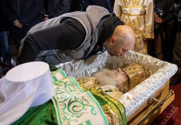 Κοροναϊός : Μεγάλος συνωστισμός στο λαϊκό προσκύνημα του Πατριάρχη Ειρηναίου [εικόνες]