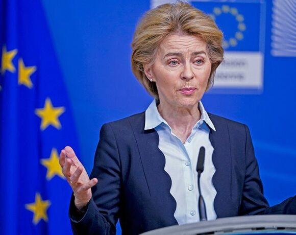 Κορωνοϊός: Η Ούρσουλα φον ντερ Λάιεν ανακοίνωσε την επισφράγιση της συμφωνίας με τις Pfizer/BioNTech