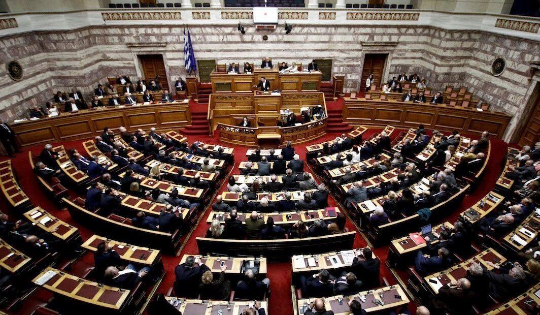 Στη Βουλή ο προϋπολογισμός με δυσμενέστερες εκτιμήσεις για ύφεση – έλλειμμα