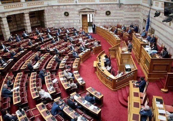 Στην Βουλή το νομοσχέδιο για την μείωση των ασφαλιστικών εισφορών