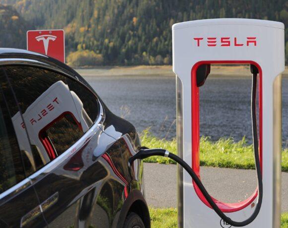 Τesla: Ξεκινά την κατασκευή φορτιστών ηλεκτρικών οχημάτων στην Κίνα το 2021