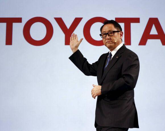 Toyota: «Αδειάζει» την επιτυχία της Tesla o CEO, Ακίο Τογιόντα