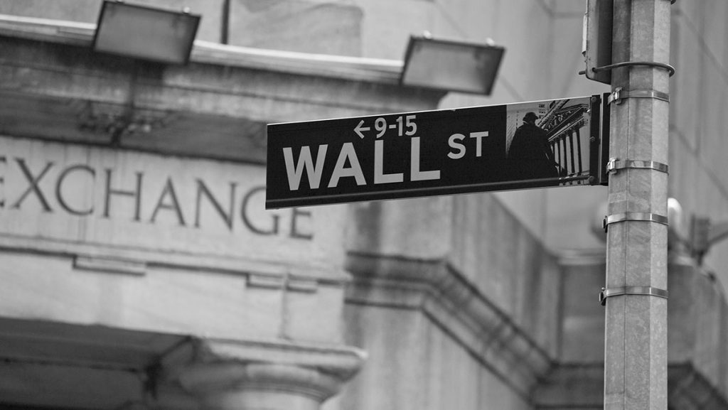 Wall Street: Απώλειες στο κλείσιμο της εβδομάδας, με το νέο πακέτο στήριξης στο επίκεντρο