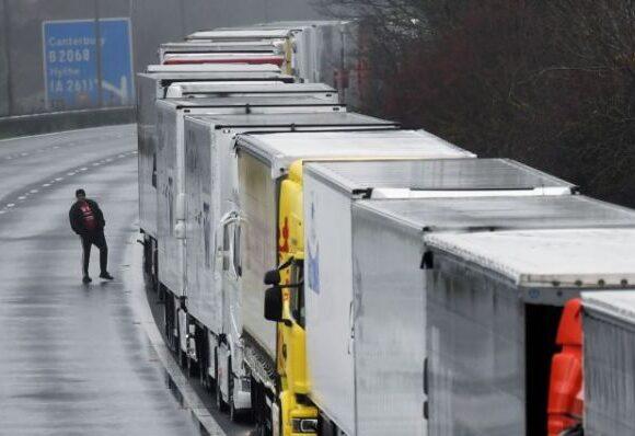 Βρετανία : Ατέλειωτες ουρές φορτηγών στο Ντόβερ – Οργισμένοι οι οδηγοί