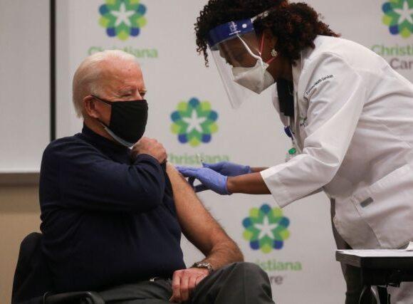Εμβόλιο: Πολιτικοί να εμβολιάζονται πρώτοι; Το ερώτημα προκαλεί συζητήσεις και αντιδράσεις