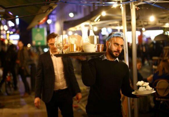 Κοροναϊός : «Πόλεμος» κυβέρνησης – επιστημόνων στη Βρετανία για την άρση των μέτρων στις γιορτές