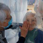 Κοροναϊός : Πώς μια πρωτοποριακή εγκατάσταση επιτρέπει να αγκαλιάζονται με ασφάλεια σε γηροκομείο