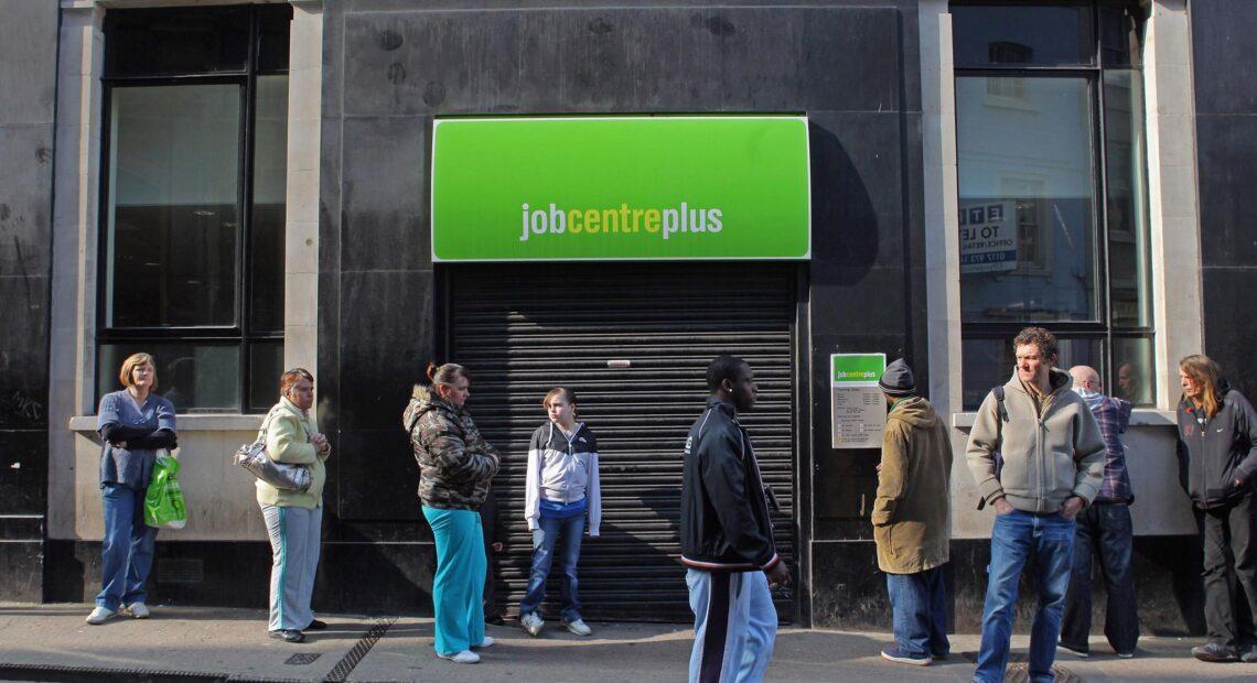 Βρετανία: Στο 5% σκαρφάλωσε η ανεργία – Το υψηλότερο ποσοστό από το 2016