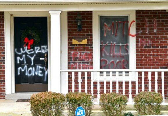 ΗΠΑ : Στόχος βανδάλων τα σπίτια του Ρεπουμπλικάνου ΜακΚόνελ και της Δημοκρατικής Πελόζι