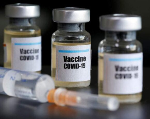 Με απαγόρευση εξαγωγής εμβολίων απειλεί η Ευρώπη