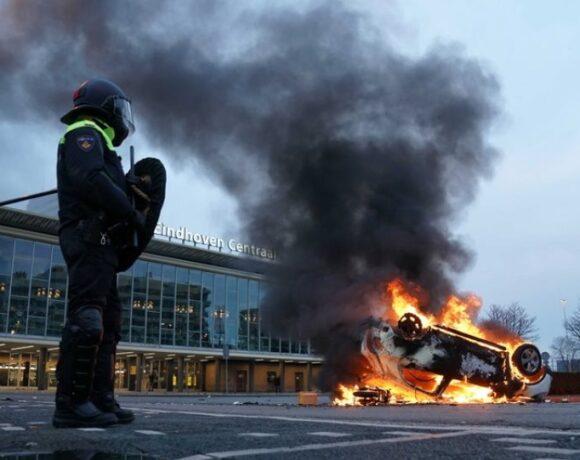 Ολλανδία: Δεύτερη νύχτα ταραχών σε διαδηλώσεις κατά της απαγόρευσης κυκλοφορίας