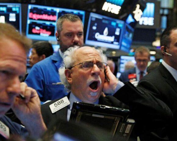 «Σφυροκόπημα» στη Wall Street – Πάνω από 500 μονάδες η πτώση του Dow Jones