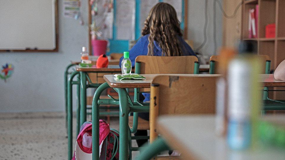 Σχολεία: Πώς φτάσαμε στην απόφαση να ανοίξουν μόνο τα δημοτικά