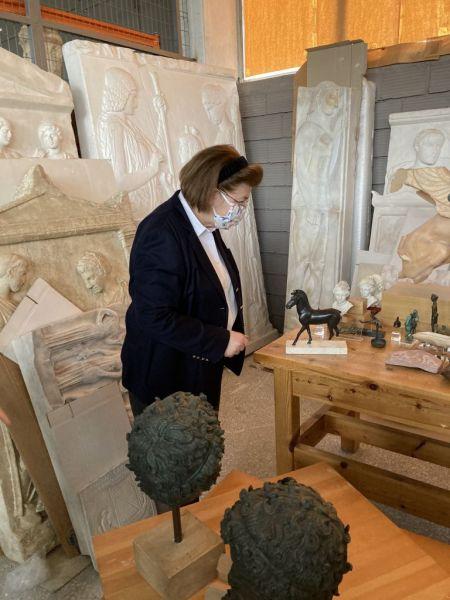 Τα εργαστήρια του ΟΔΑΠ επισκέφτηκε η Λίνα Μενδώνη – Σπάνια εκμαγεία, ακριβή αντίγραφα, μοναδικές μήτρες