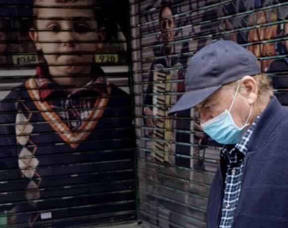 Αλλάζουν οι οδηγίες για τις μάσκες – Θα γίνει υποχρεωτική η διπλή;