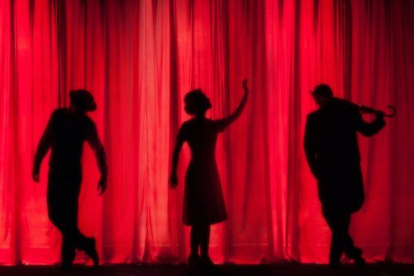 «Αυλαία και πάμε…»: Το θέατρο αποκαλύπτει τη σκοτεινή πλευρά και τα σκάνδαλά του