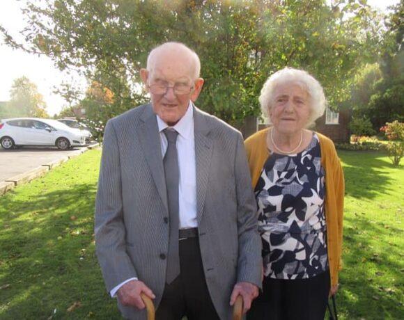 Βρετανία : Ζευγάρι παντρεμένο επί 70 χρόνια κρατιέται από το χέρι σε διπλανά κρεβάτια του νοσοκομείου