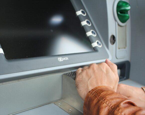 Επίδομα 534 ευρώ: Ξεκινούν οι πληρωμές – Τι αλλάζει τον Φεβρουάριο (vid)