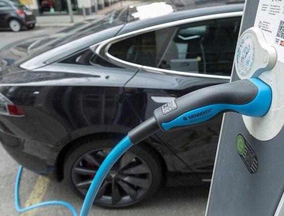 Ηλεκτρικά αυτοκίνητα: «Ηλεκτροσόκ» οι τιμές για φόρτιση στον δρόμο