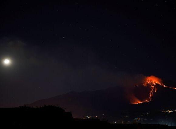 «Ξύπνησε» η Αίτνα: Εικόνες που κόβουν την ανάσα από την έκρηξη του ηφαιστείου