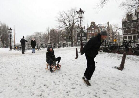 Ολλανδία : Η πιο ισχυρή χιονοθύελλα της τελευταίας δεκαετίας σαρώνει τη χώρα