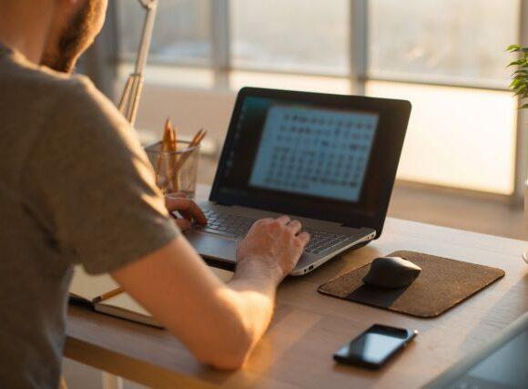 Φρένο στις εικονικές αναστολές εργασίας με βιαστική απόφαση που φέρνει αντιδράσεις