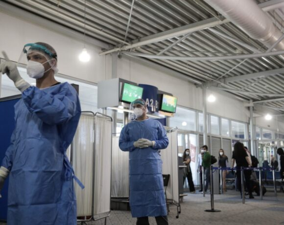 Kορωνοϊός: Παγκόσμια επιβράδυνση της εξάπλωσης – Οι νέες παραλλαγές θέτουν νέες προκλήσεις για τα εμβόλια