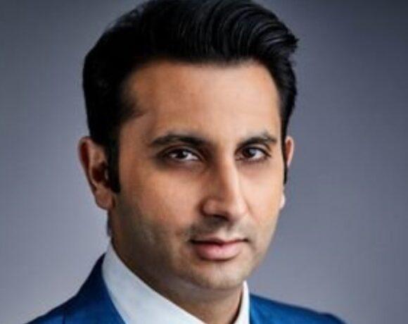 Adar Poonawalla: Ο Ινδός «πρίγκιπας των εμβολίων» παράγει σχεδόν τις μισές δόσεις του AstraZeneca