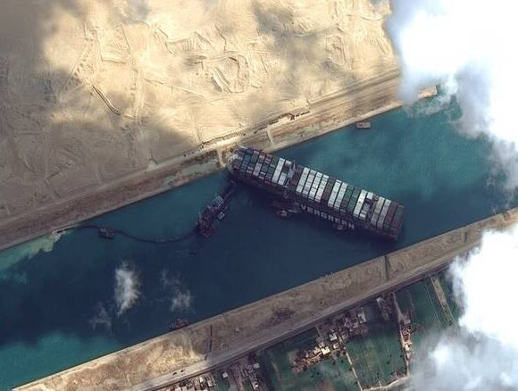 Διώρυγα του Σουέζ: Έως και 3,5 μέρες θα χρειαστούν για την εξομάλυνση της κατάστασης