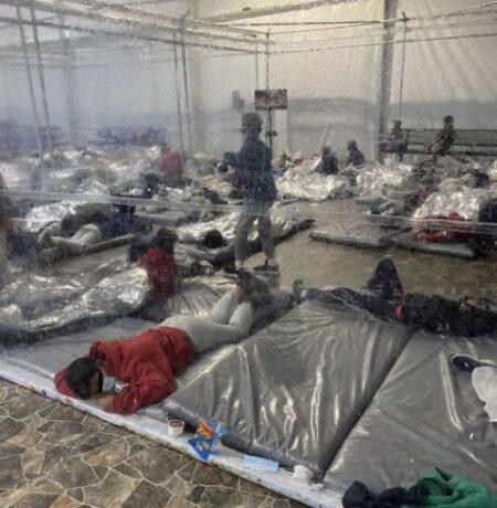 ΗΠΑ : Εικόνες εξαθλίωσης σε πρόχειρο καταυλισμό ανήλικων μεταναστών στο Τέξας