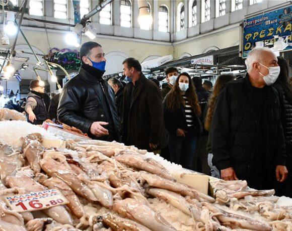 Καθαρά Δευτέρα: Kοσμοσυρροή στη Βαρβάκειο για τα ψώνια της τελευταίας στιγμής (vid)