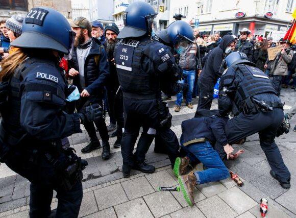 Κοροναϊος – Γερμανία : Διαδηλώσεις κατά των περιοριστικών μέτρων και ταραχές στο Κάσελ