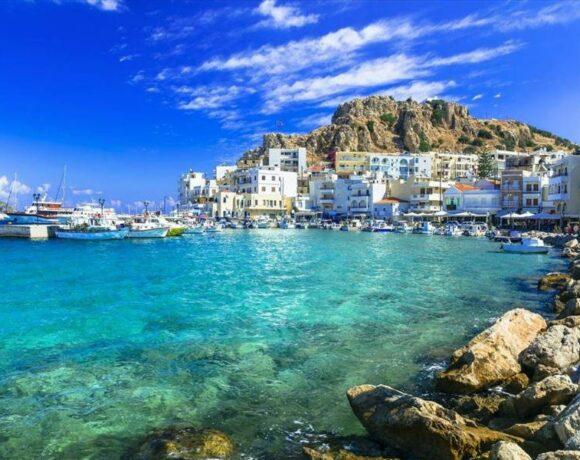 Reuters: Μαζική αύξηση των κρατήσεων στη Βρετανία για ελληνικούς προορισμούς