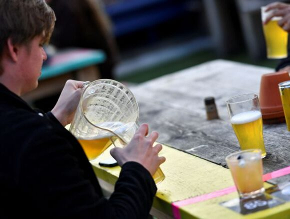 Bρετανία: Ξέμειναν από μπύρες οι παμπ μετά την άρση του lockdown