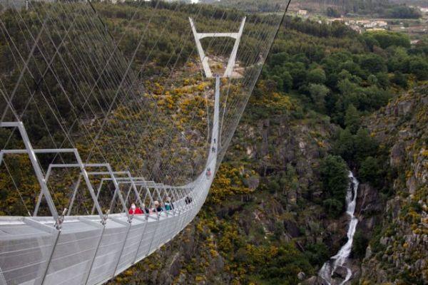 Εγκαινιάστηκε στην Πορτογαλία η μεγαλύτερη κρεμαστή πεζογέφυρα στον κόσμο