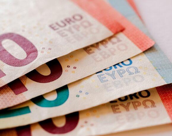 Εκκρεμείς συντάξεις: Πότε πληρώνονται προκαταβολές και αναδρομικά στους δικαιούχους (vid)