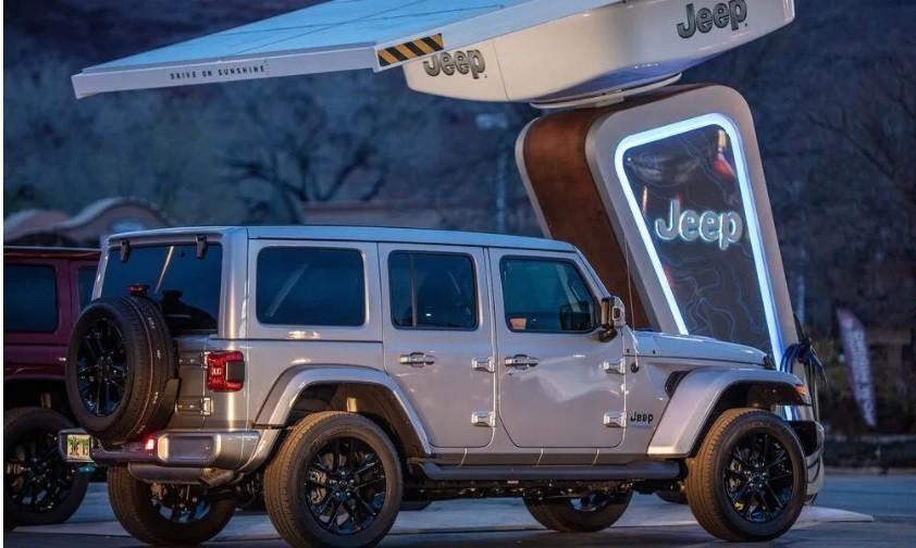 Η Jeep στην πρίζα: Τοποθετεί φορτιστές ακόμα και στην έρημο
