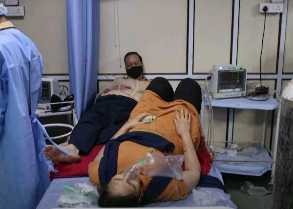 Κοροναϊός: Ασθενείς μοιράζονται το ίδιο κρεβάτι σε νοσοκομείο Covid στην Ινδία