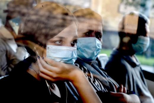 Κορωνοϊός: Πώς πρέπει να φοριέται η διπλή μάσκα για μάξιμουμ προστασία